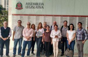 Grupo de dentistas em visita ao parlamento pedem ajuda dos deputados para equiparação salarial. Foto: Divulgação CROSP