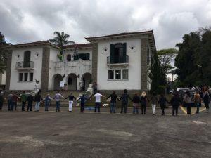 Pesquisadores realizam abraço simbólico no prédio principal do Instituto Florestal como repúdio ao pedido de desocupação do prédio pelo governo do Estado