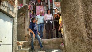 Equipe da Secretaria Municipal de Habitação e moradores durante a vistoria no Jardim Paulistano para a regularização fundiária